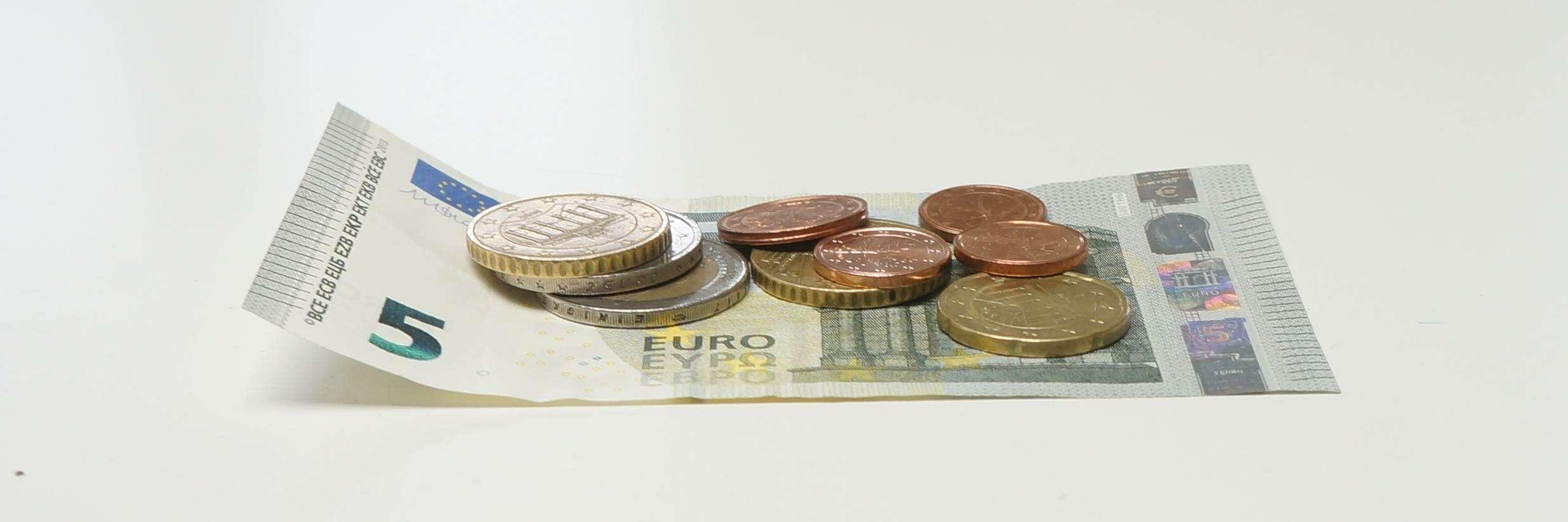 Geldnoten und Münzen